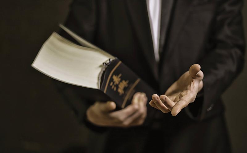 律师会见在押犯罪嫌疑人或被告人是时,公安机关可以派员在场