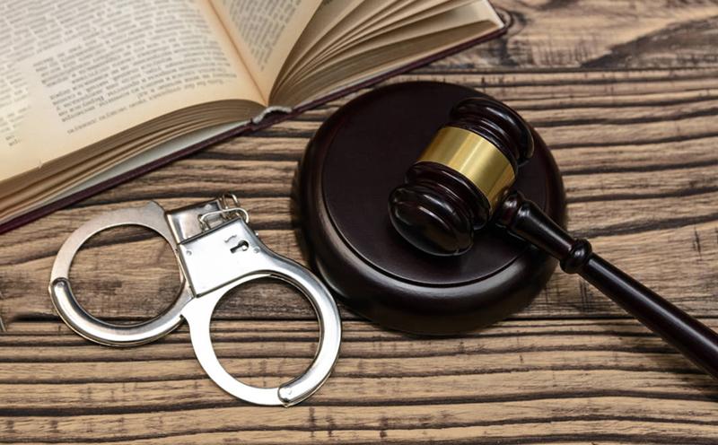 取保候审,是指侦查机关责令犯罪嫌疑人提供担保人或交纳保证金并出具保证书