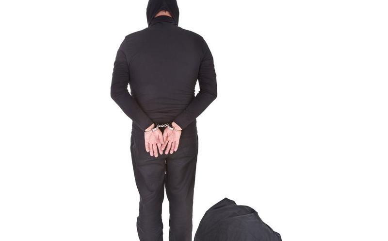 对于张某与王某的行为,当地法院认为他们犯了入户抢劫的罪行。