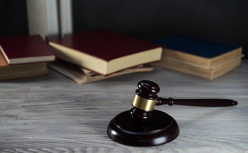 第一审判决、裁定确有错误而决定抗诉时,必须制作抗诉书