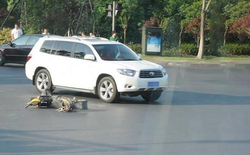 被告人朱某驾驶轿车与自行车相撞