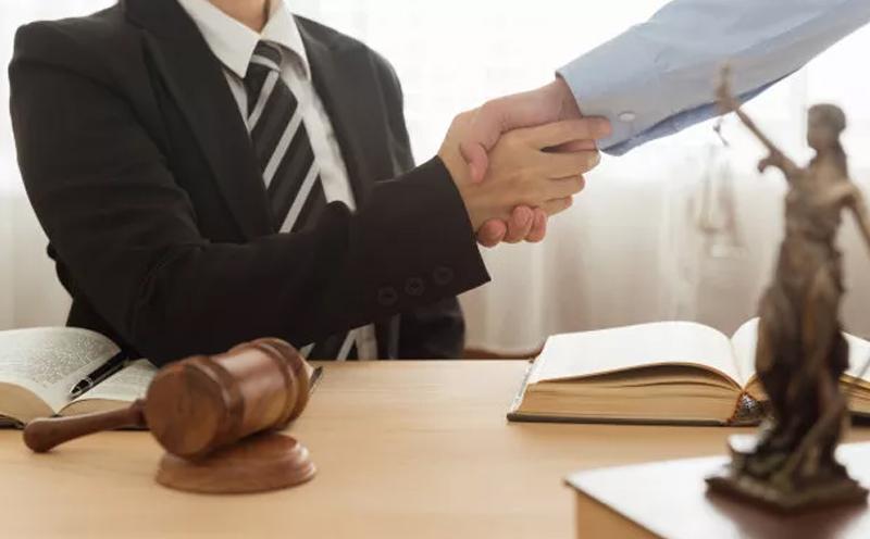 律师可以向被告人介绍法庭审理程序